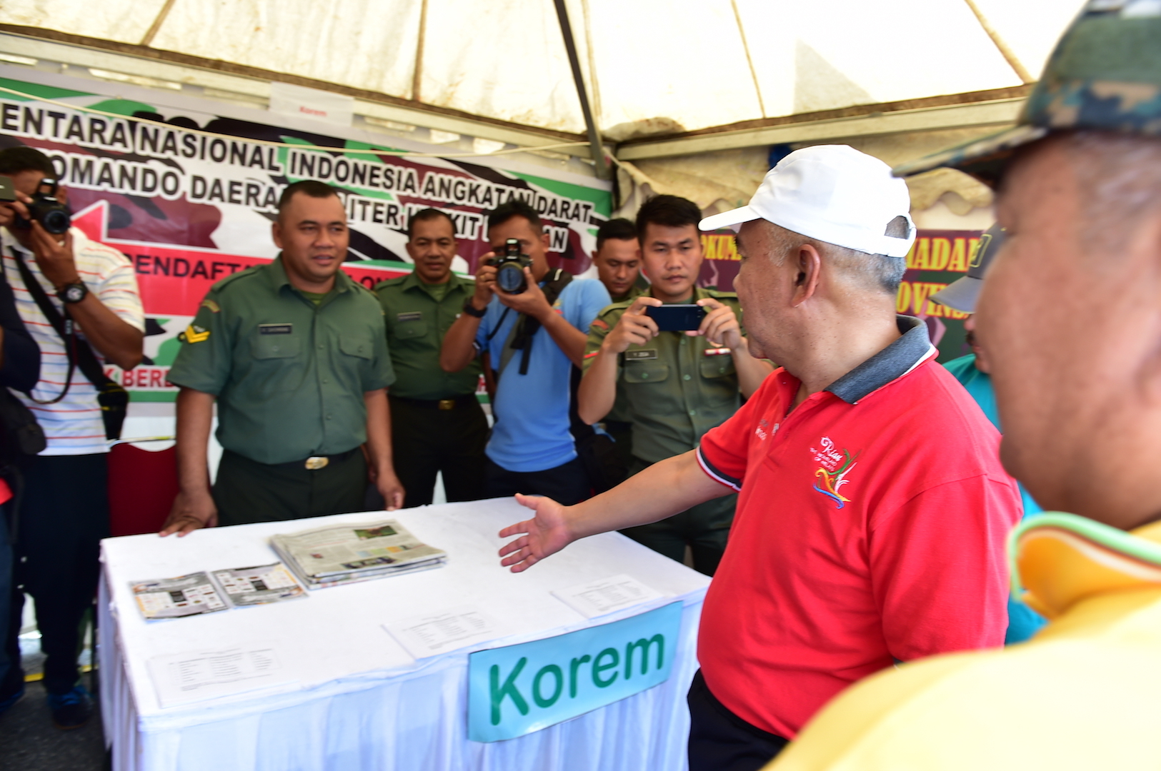 Gubri saat meninjau stand pameran Korem 031_WB pada Riau Pustaka Lingkungan Dunia Yayasan Komunal Riau di Gor Tribuana