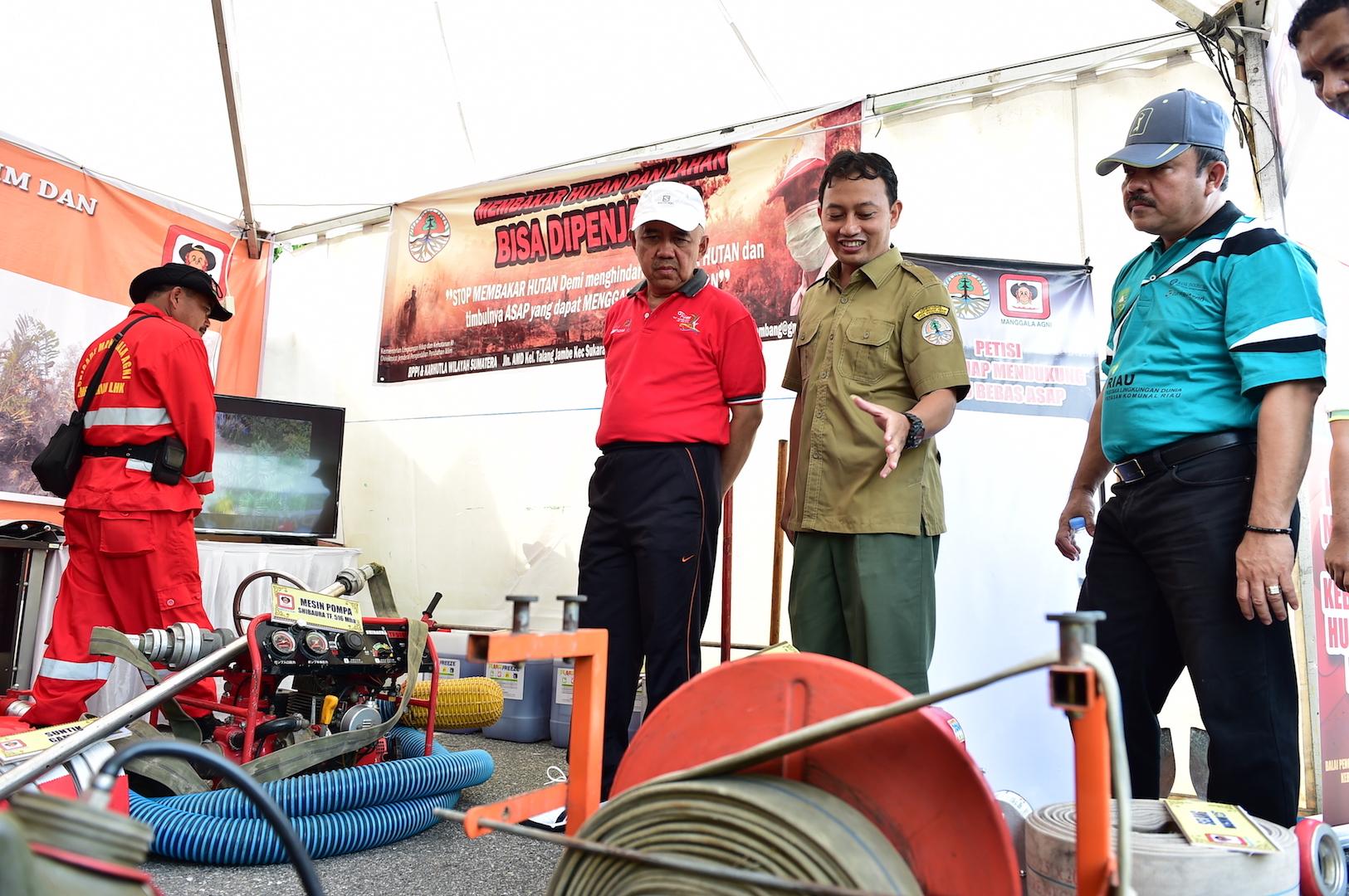 Gubri saat meninjau stand pameran Manggala Agni pada Riau Pustaka Lingkungan Dunia Yayasan Komunal Riau di Gor Tribuana