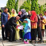 Gubri serahkan Piala dan Hadiah kepada Murid TK Pemenang Lomba dengan Tema Hari Pahlawan