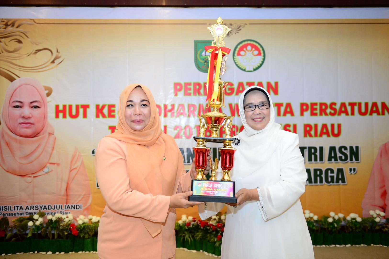 Ketua DWP Prov Riau Hj Rabaina serahkan Trophy Juara umum Lomba HUT DWP ke 17 Prov Riau kepada DWP Setda Prov Riau