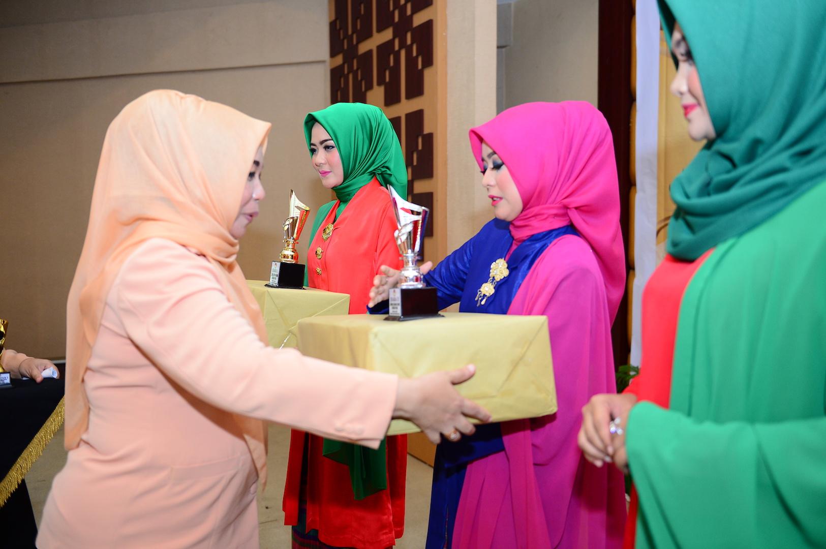Ketua DWP Prov Riau Hj Rabaina serahkan Trophy Lomba HUT DWP ke 17 Prov Riau