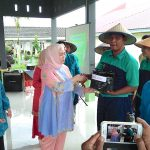 Ketua TP PKK Prov Riau Serahkan Bibit Cabai kepada peserta binaan RSJ Tampan