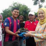 Ketua TP PKK Prov Riau Menyerahkan Bibit Cabai kepada Masyarakat di Area CFD