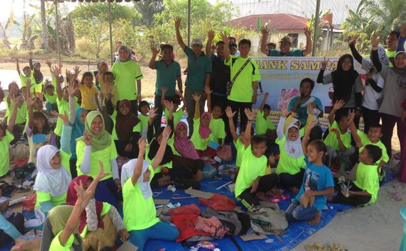 Manager PGPA Duri Bekasap, Iwan Azof foto bersama peserta jalan santai dalam rangka kampanye lingkungan sehat dan produktif di Kelurahan Pematang Pudu, Kecamatan Mandau pada 3 April 2016