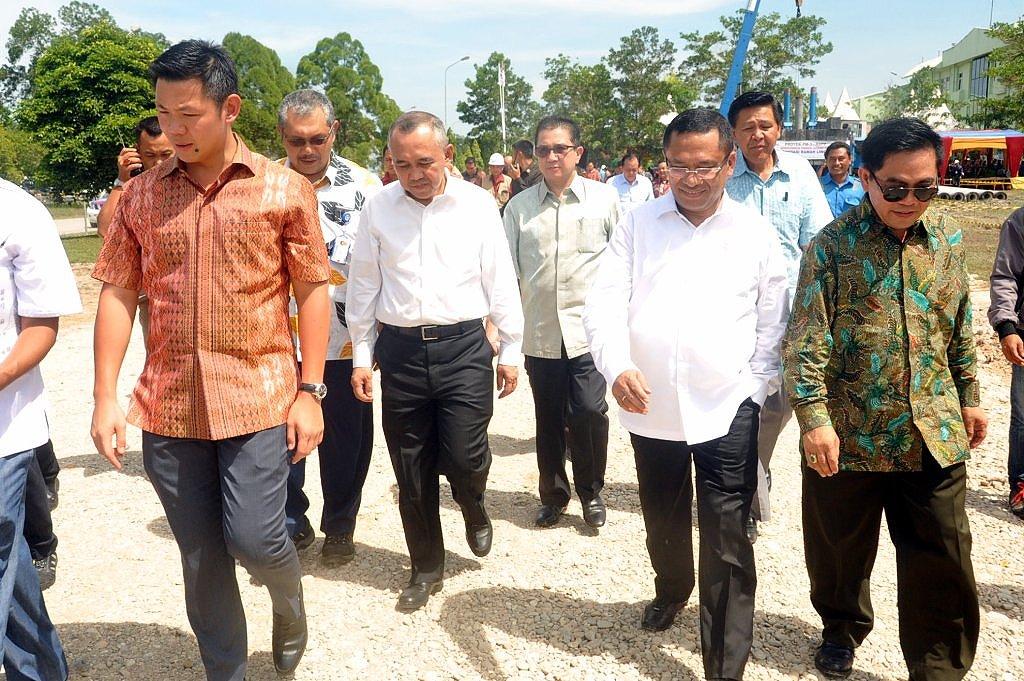 Menteri Perindustrian Saleh Husin bersama Plt Gubri Arsyadjuliandi Rahman saat meninjau pabrik kertas di Pangkalan Kerinci Kabupaten Pelalawan Riau2