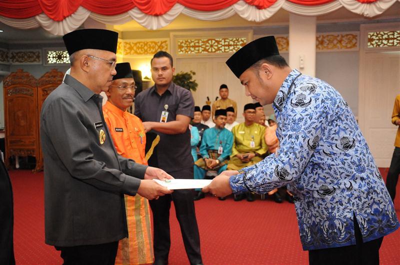 Plt Gubri senyerahkan SK Pangkat 2 (Custom)
