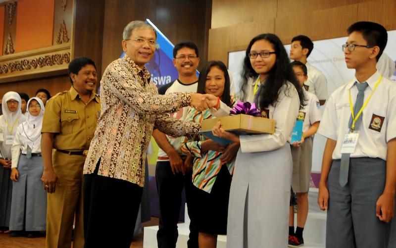 President Director PT Chevron Pacific Indonesia Menyerahkan Hadiah kepada Juara 1 DCR 2015