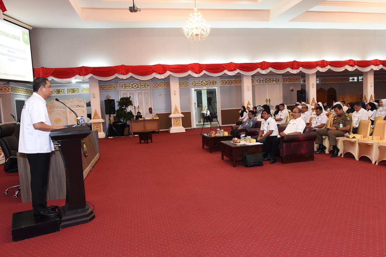 Sekda Prov Riau memberikan sambutan dan arahan saat Hadir sekaligus membuka Sosialisasi PERDA Prov Riau no 6 Th 2016 Tentang Pokok-pokok Pengelolaan Keuangan Daerah di Balai Pauh Janggi Gedung daerah