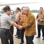 Gubri didampingi Isteri menyambut kedatangan Kapolri di Bandara SSK II