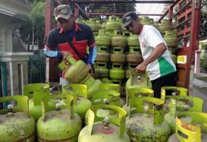 BOJONEGORO, 6/2 - PASOKAN ELPIJI BERKURANG. Dua pekerja memindahkan elpiji tiga kilogram di Bojonegoro, Jatim, Rabu (6/2). Pertamina mulai mengurangi pasokan elpiji tiga kilogram di wilayah setempat, sebagai usaha mengamankan penyimpangan pemanfaatan elpiji bersubsidi tidak untuk kebutuhan rumah tangga. FOTO ANTARA/Aguk Sudarmojo/Koz/Spt/13.