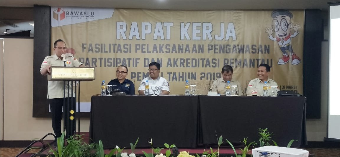 Ketua Bawaslu Riau Rusidi Rusdan saat menyampaikan sambutan dalam Raker Fasilitasi Pelaksanaan Pengawasan Partisipatif dan Akreditasi Pemantau Pemilu Tahun 2019, Ahad (31/3/2019).