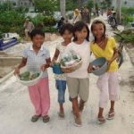 Para Bocah Pedagang Bunga Rampai Panen Duit