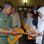 Bupati Serahkan 1.331 SK CPNS Formasi Tahun 2007